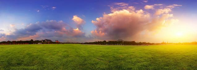 Зеленый широкий луг с травой и красочное облачное небо на закате | #119633602