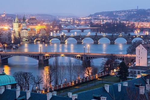Прага в сумерках с видом на мосты на Влтаве