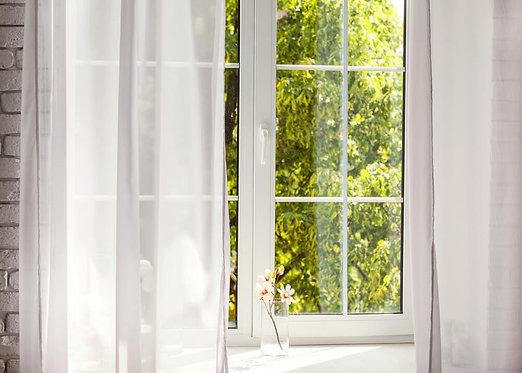 Вид из окна с прозрачным тюлем на природу
