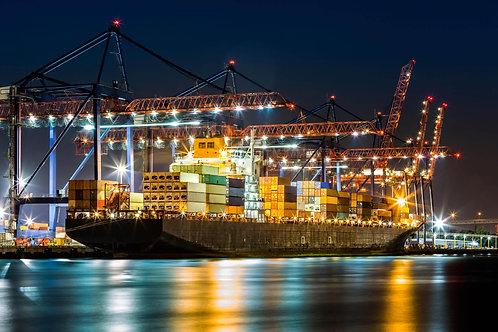 Морской сухогруз в ночном порту