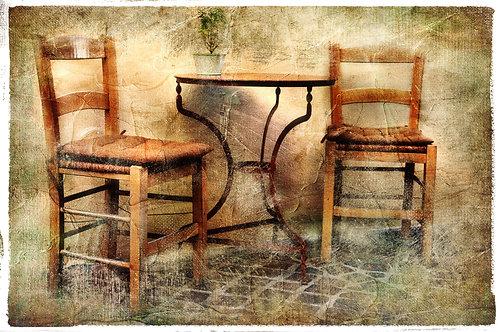 Два старых стула и столик в живописном ретро-стиле