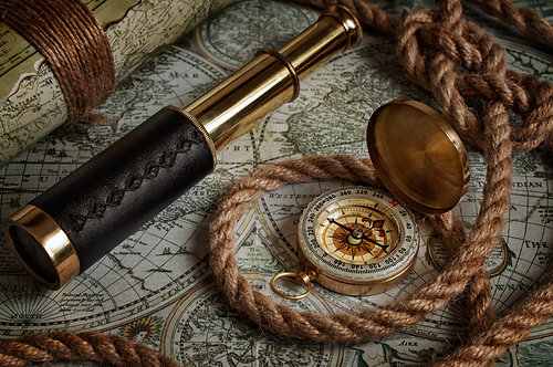 Подзорная труба, компас и старые карты