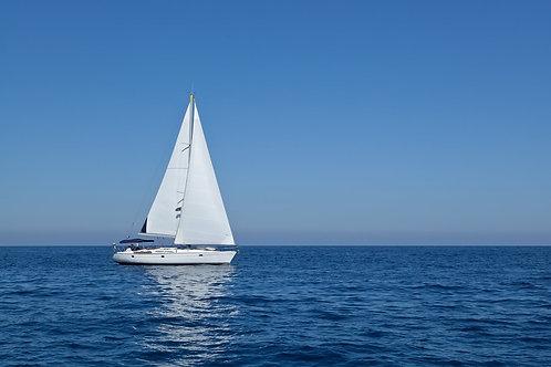 Гоночная яхта в Средиземном море на фоне голубого неба