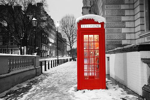 Лондонская красная телефонная будка на рассвете