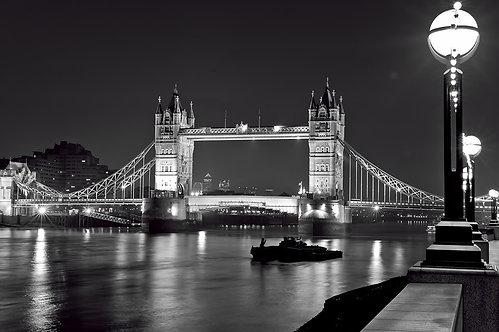 Тауэрский мост Лондона ночью в черно-белом цвете