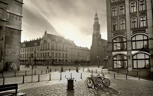 Черно-белый красивый город ночью