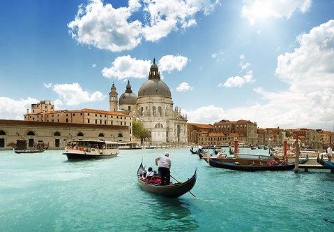 Гранд-канал и собор Санта-Мария делла Салюте в Венеции солнечным днем