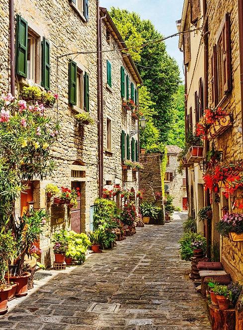 Узкая улица в старом городе в Италии