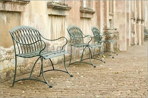 Лавочки в старом мощеном дворике
