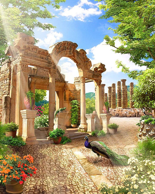 Античные руины в парке и павлин