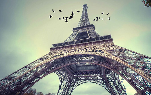 Вид снизу на Эйфелеву башню