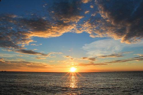 Закат в голубом небе над морем