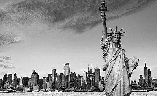 Черно-белая статуя Свободы в Нью-Йорке