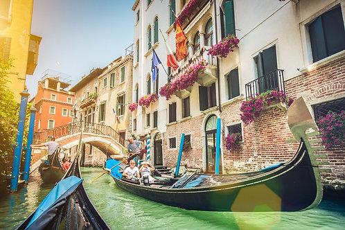 Гондолы и узкий канал в Венеции