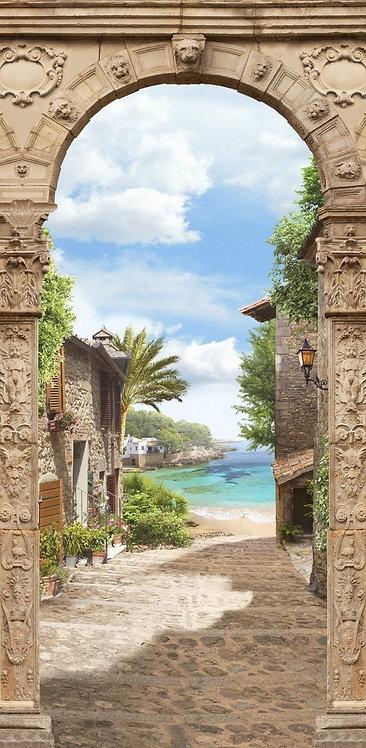 Вид на море и пляж через каменную арку