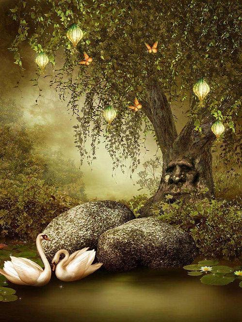 Волшебное дерево и пруд с лебедями в сказочном лесу