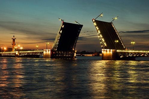 Белые ночи с видом на поднятый Дворцовый мост в Санкт-Петербурге