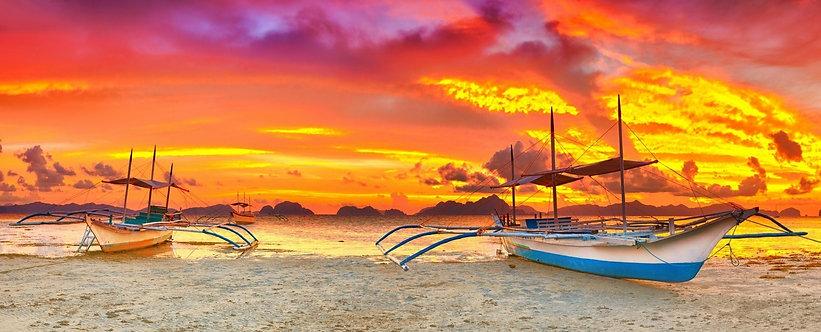 Традиционная филиппинская лодка-банка на фоне живописного заката