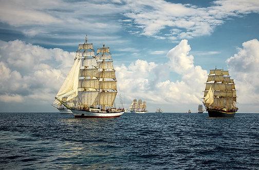 Парусные корабли на фоне красивого неба и моря
