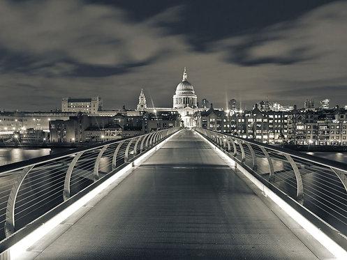 Мост Миллениум ночью в Лондоне