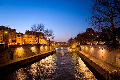 Вечер на реке Сена в Париже