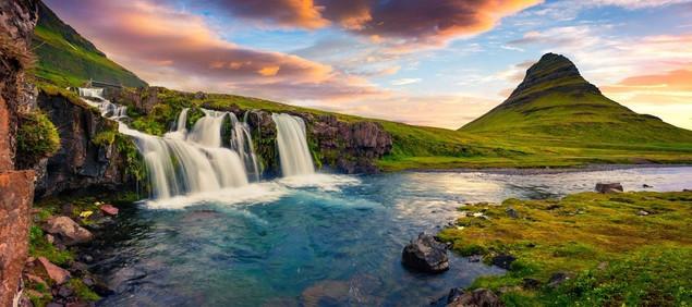 Летний закат на знаменитом водопаде Киркьюфетль - Исландия | #458404228