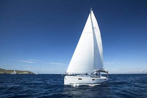 Белоснежная яхта в парусной регате