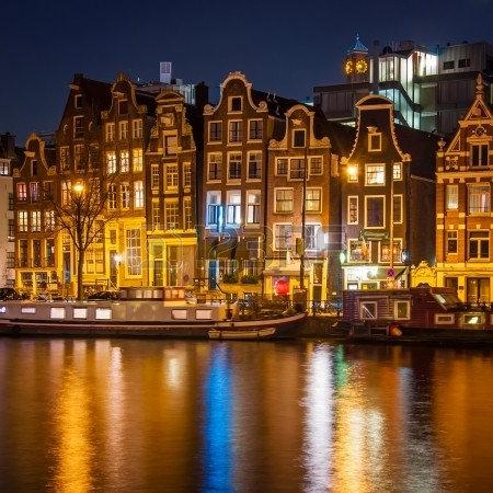 Дома в ночном Амстердаме
