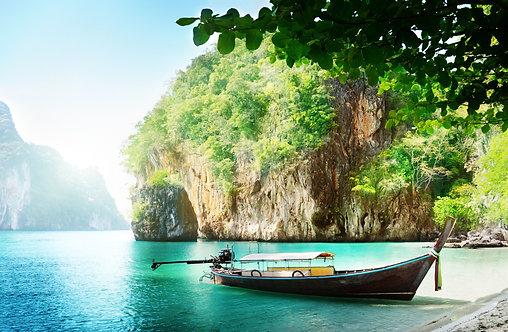 Длинная лодка на острове в Таиланде