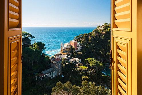 Вид из открытого окна на холмы вокруг Портофино в Италии