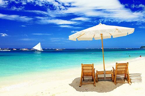 Тропический пляж с белым зонтом и лежаками