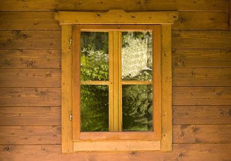 Окно на деревянной стене