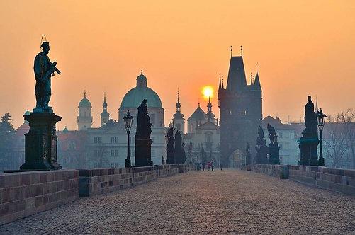 Вид с Карлова моста на восход солнца в Праге