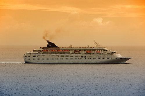 Современный океанский лайнер в карибских водах во время восхода
