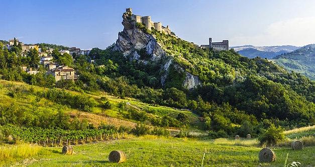 Впечатляющий замок над скалой Роккаскаленья - Италия