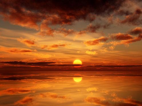 Невероятный пылающий закат с отраженными в воде облаками