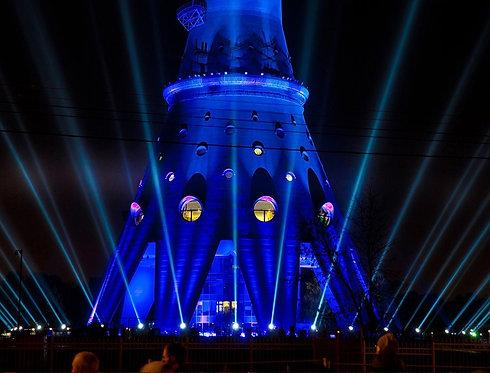 Останкинская башня в лучах светового лазерного шоу