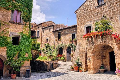 Дворик горного городка в Италии