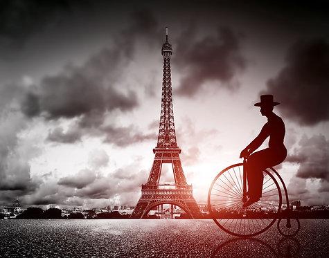 Человек на ретро-велосипеде рядом с Эйфелевой башней в Париже