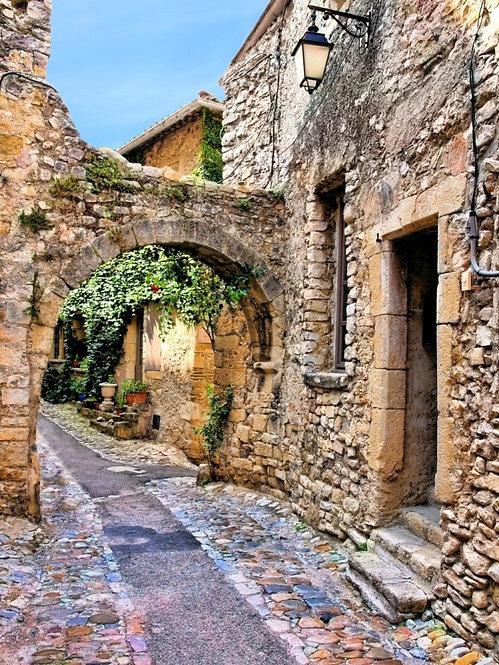 Деревенская арочная улица в Провансе - Франция