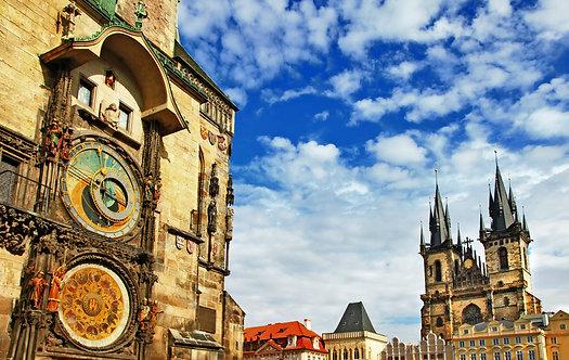 Вид на площадь и башню с астрономическими часами в Праге
