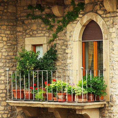Балкон с цветами в старинном доме
