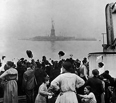 Statue of Liberty : immigrants.jpg