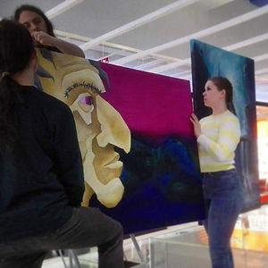 Galleria Discoveryn työryhmä ripustaa teoksia Kauppakeskus Valkeaan.