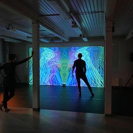 Kuvassa Luova Farmi vierailee TaikaBox ry:n studiolla ja tutustuu motion tracking -tekniikkaan.