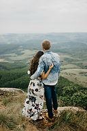 Abrazando encima de la colina