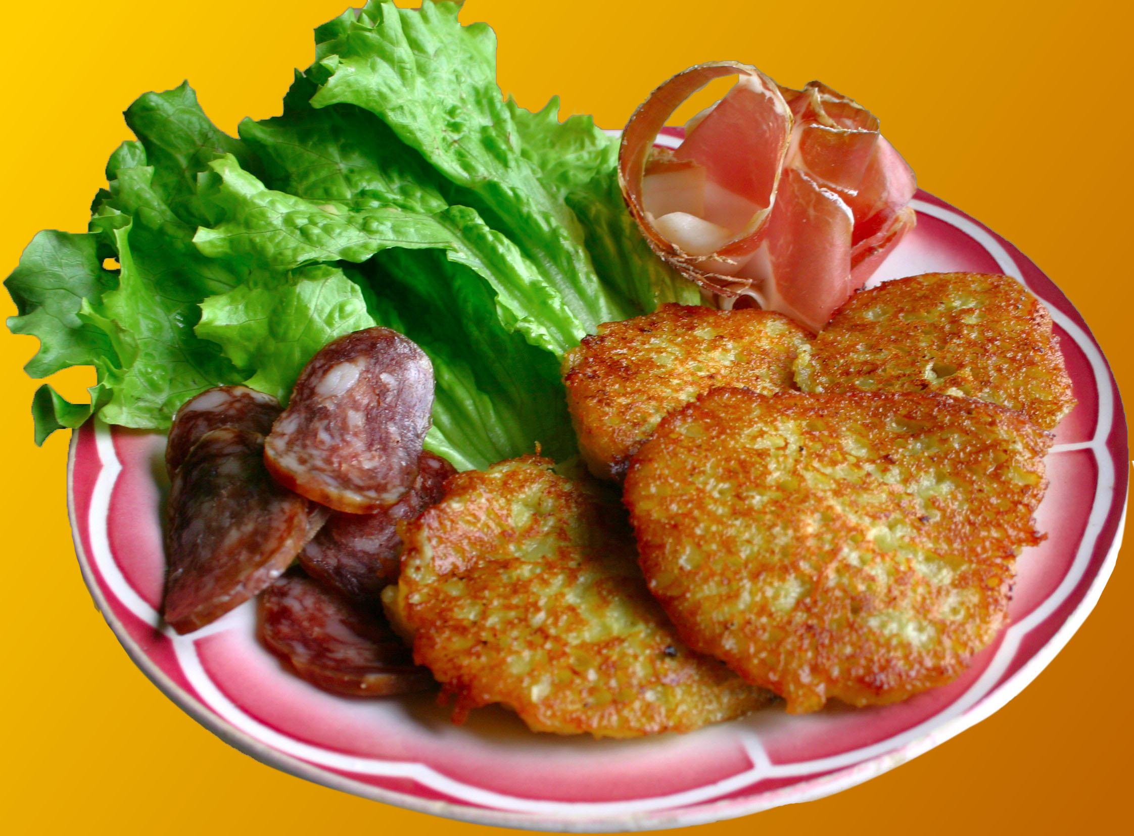 Beignets, charcuteries, salade