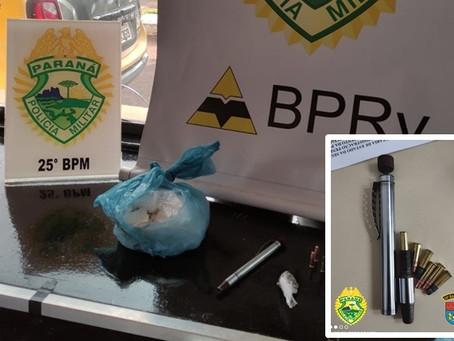 """Dupla é presa com meio quilo de cocaína e """"caneta revólver"""" pela PRV de Pérola"""