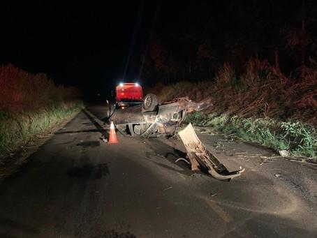 Jovem de 24 anos morre ao colidir em árvore na PR-542 em Colorado. O corpo foi ejetado do carro