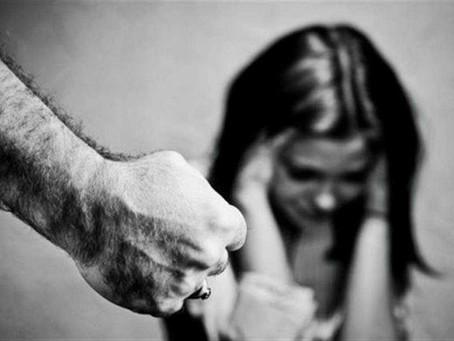 Homem é preso após agredir namorada e danificar moveis da casa onde ela mora